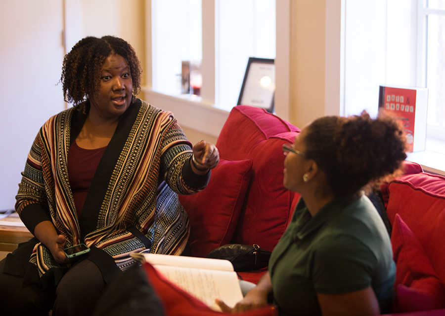 Kompleks Creative project manager, Chantal Winston, meeting with a client.